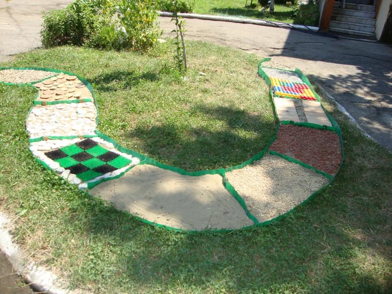 Дорожка здоровья в детском саду на улице фото